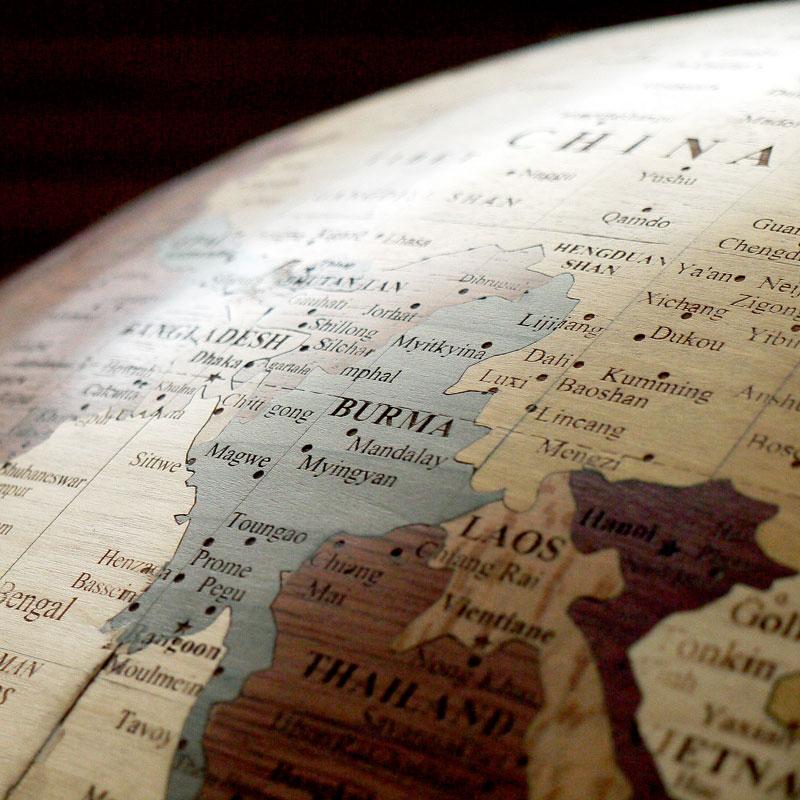 globe en marqueterie centré sur l'asie du sud est